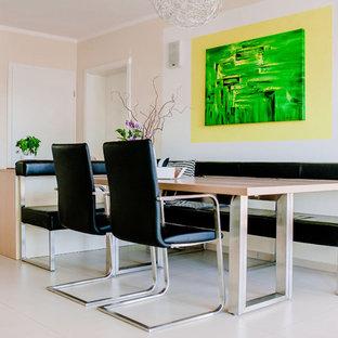 Offenes, Mittelgroßes Modernes Esszimmer ohne Kamin mit grüner Wandfarbe, Porzellan-Bodenfliesen und beigem Boden in Nürnberg