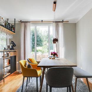 Offenes, Mittelgroßes Modernes Esszimmer mit beiger Wandfarbe, hellem Holzboden, Kaminofen und braunem Boden in Berlin