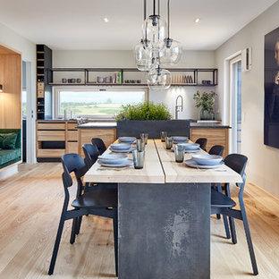 Große Moderne Wohnküche ohne Kamin mit grauer Wandfarbe, hellem Holzboden und beigem Boden in Sonstige