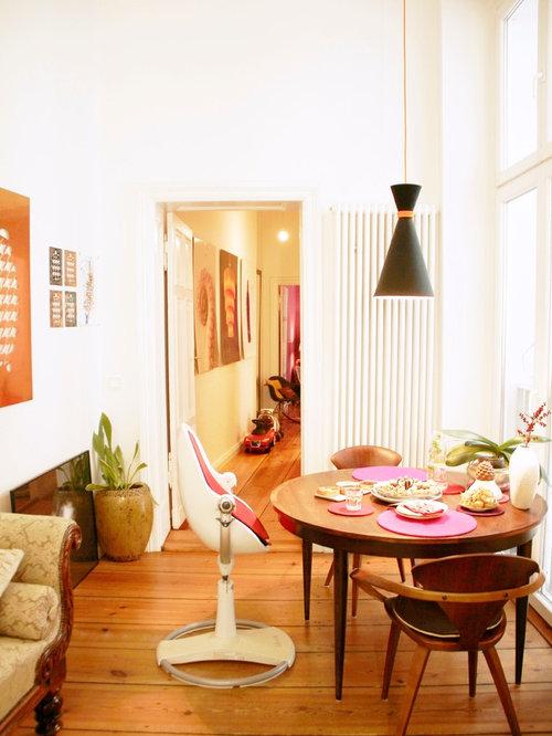 Kleines, Geschlossenes Stilmix Esszimmer Ohne Kamin Mit Weißer Wandfarbe  Und Braunem Holzboden In Berlin
