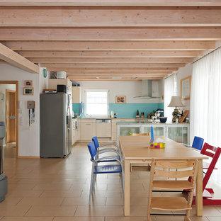 Ispirazione per una sala da pranzo aperta verso il soggiorno minimal di medie dimensioni con pareti bianche, stufa a legna, pavimento con piastrelle in ceramica e pavimento arancione