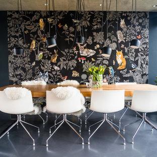 Modernes Esszimmer ohne Kamin mit schwarzer Wandfarbe und grauem Boden in Frankfurt am Main