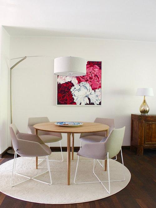 Geschlossenes, Mittelgroßes Modernes Esszimmer Ohne Kamin Mit Weißer  Wandfarbe, Dunklem Holzboden Und Braunem Boden