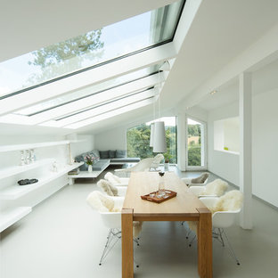 Imagen de comedor actual, extra grande, abierto, sin chimenea, con paredes blancas y suelo de linóleo