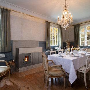 Geschlossenes, Mittelgroßes Shabby-Chic-Style Esszimmer mit beiger Wandfarbe, gebeiztem Holzboden, Kamin und Kaminumrandung aus Metall in Hannover