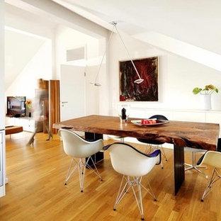 ミュンヘンの中サイズのミッドセンチュリースタイルのおしゃれなLDK (白い壁、無垢フローリング、茶色い床) の写真