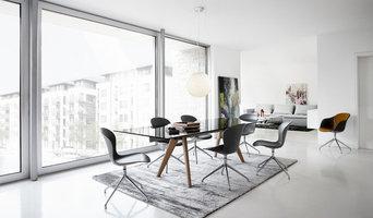 Offenes Esszimmer mit modernen Stühlen