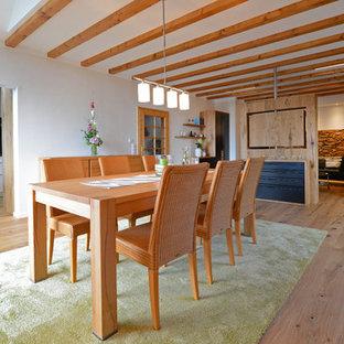 Großes, Offenes Landhaus Esszimmer Mit Weißer Wandfarbe Und Braunem  Holzboden In Frankfurt Am Main