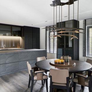 Moderne Wohnküche mit weißer Wandfarbe und grauem Boden in Düsseldorf