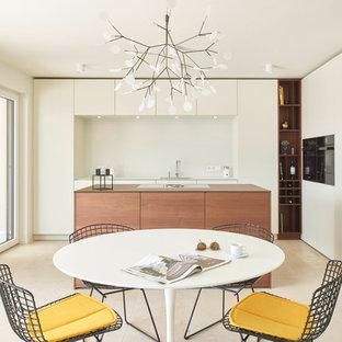 Esempio di una sala da pranzo aperta verso la cucina contemporanea di medie dimensioni con pareti bianche, pavimento in marmo, nessun camino e pavimento beige