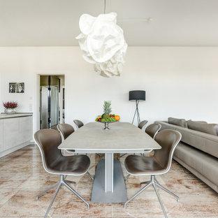 Offenes Modernes Esszimmer mit weißer Wandfarbe und beigem Boden in Hamburg