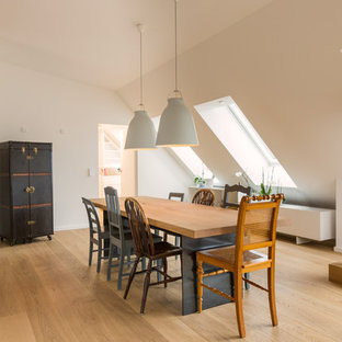 Offenes, Mittelgroßes Modernes Esszimmer ohne Kamin mit hellem Holzboden, weißer Wandfarbe und braunem Boden in München