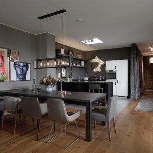 Immagine di una sala da pranzo aperta verso la cucina minimal di medie dimensioni con pareti marroni, pavimento in legno massello medio, nessun camino e pavimento marrone