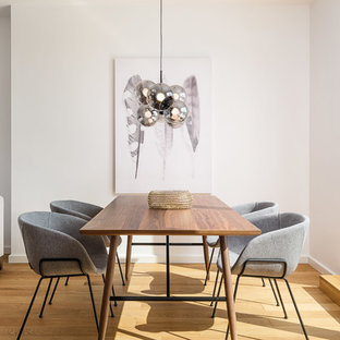 Offenes, Kleines Modernes Esszimmer ohne Kamin mit weißer Wandfarbe, hellem Holzboden und beigem Boden in München