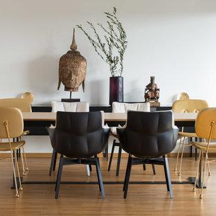 Offenes, Geräumiges Modernes Esszimmer ohne Kamin mit weißer Wandfarbe, hellem Holzboden und beigem Boden in Stuttgart
