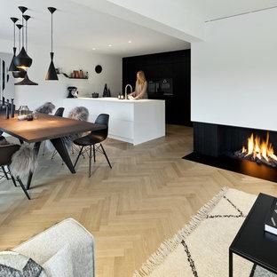 Große Moderne Wohnküche mit weißer Wandfarbe, hellem Holzboden, Gaskamin, verputzter Kaminumrandung und beigem Boden in München