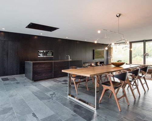 Geräumiges Modernes Esszimmer Mit Weißer Wandfarbe, Schieferboden,  Tunnelkamin, Kaminsims Aus Holz Und Grauem