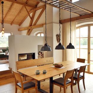 Inspiration pour une salle à manger ouverte sur le salon rustique avec un mur blanc, un sol en bois brun, un sol marron, un plafond en poutres apparentes, un plafond voûté et un plafond en bois.