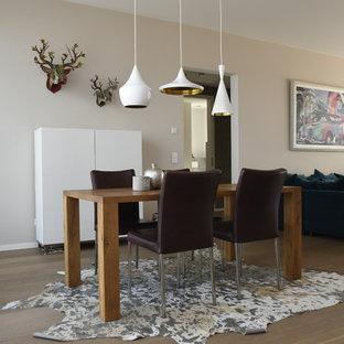 Offenes, Mittelgroßes Modernes Esszimmer ohne Kamin mit beiger Wandfarbe, braunem Holzboden und braunem Boden in Frankfurt am Main