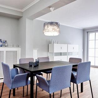 Geschlossenes, Mittelgroßes Modernes Esszimmer ohne Kamin mit grauer Wandfarbe, hellem Holzboden und beigem Boden in Hamburg
