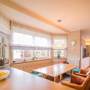 Idee per una piccola sala da pranzo aperta verso il soggiorno country con pareti rosse, pavimento in terracotta e pavimento rosso