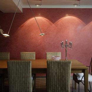 Ispirazione per una sala da pranzo tradizionale con pareti rosse e pavimento nero