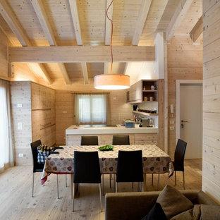 Mittelgroße Landhausstil Wohnküche mit brauner Wandfarbe, hellem Holzboden und braunem Boden in München