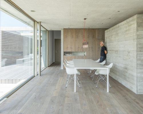 Großes Modernes Esszimmer Mit Grauer Wandfarbe Und Dunklem Holzboden In  Stuttgart