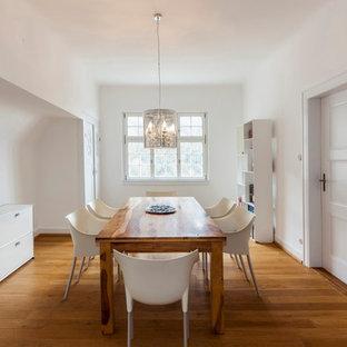 Mittelgroßes Modernes Esszimmer mit weißer Wandfarbe, braunem Holzboden und braunem Boden in Berlin