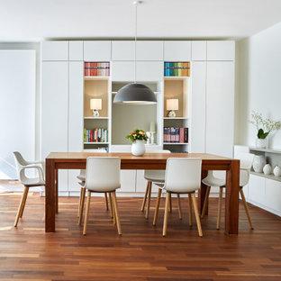 Inspiration för en mellanstor funkis matplats med öppen planlösning, med vita väggar, mellanmörkt trägolv och orange golv