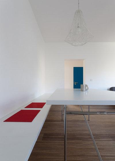 Architektur: Ein Bad als blauer Block zwischen Küche und Schlafzimmer