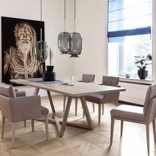 Geschlossenes, Mittelgroßes Modernes Esszimmer ohne Kamin mit weißer Wandfarbe, hellem Holzboden und beigem Boden in München