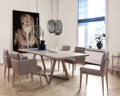 Geschlossenes, Mittelgroßes Modernes Esszimmer Ohne Kamin Mit Weißer  Wandfarbe, Hellem Holzboden Und Beigem Boden