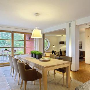 Imagen de comedor de cocina escandinavo, de tamaño medio, con paredes blancas y suelo de bambú