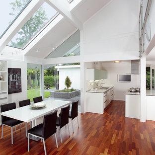 Offenes, Großes Modernes Esszimmer mit weißer Wandfarbe, braunem Holzboden und braunem Boden in Sonstige