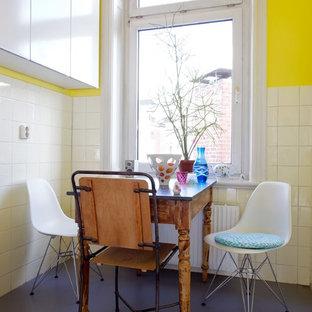 Idee per una piccola sala da pranzo aperta verso la cucina bohémian con pareti gialle