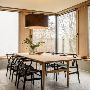 Idee per una sala da pranzo contemporanea di medie dimensioni con pareti marroni, pavimento grigio e nessun camino