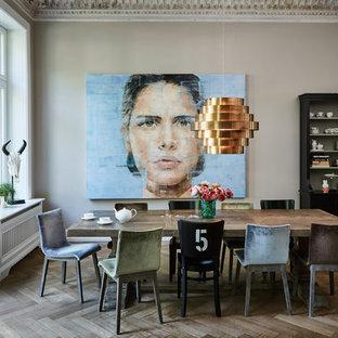 Geschlossenes, Mittelgroßes Modernes Esszimmer ohne Kamin mit beiger Wandfarbe, gebeiztem Holzboden und grauem Boden in Hamburg