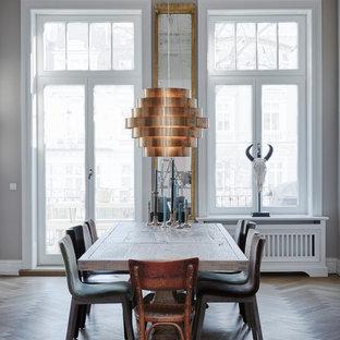 Geschlossenes, Mittelgroßes Stilmix Esszimmer ohne Kamin mit beiger Wandfarbe, gebeiztem Holzboden und braunem Boden in Hamburg