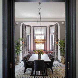 Geschlossenes Klassisches Esszimmer mit grauer Wandfarbe und braunem Boden in Hamburg
