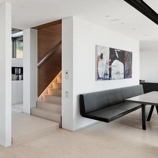 Idées déco pour une grand salle à manger contemporaine avec un mur blanc et un sol en linoléum.