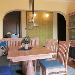 Idee per una sala da pranzo stile marinaro con pareti gialle, moquette e pavimento blu