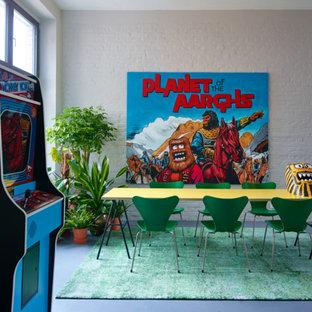 Ispirazione per una sala da pranzo eclettica di medie dimensioni con pareti beige e pavimento in linoleum