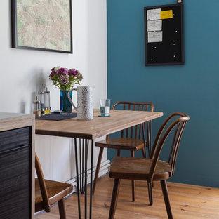 Diseño de comedor contemporáneo, pequeño, sin chimenea, con paredes blancas, suelo de madera en tonos medios y suelo beige