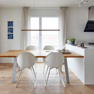 Offenes, Kleines Skandinavisches Esszimmer mit weißer Wandfarbe, hellem Holzboden und beigem Boden in Stuttgart