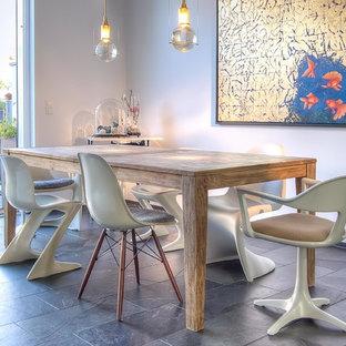 Свежая идея для дизайна: столовая среднего размера в современном стиле с белыми стенами и полом из сланца без камина - отличное фото интерьера