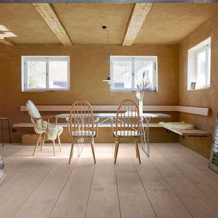 На фото: столовая среднего размера в стиле кантри с коричневыми стенами и светлым паркетным полом с