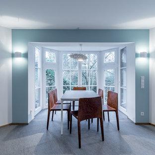 Foto de comedor actual, pequeño, abierto, con paredes azules, suelo vinílico y suelo azul