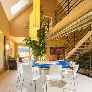 Ispirazione per una grande sala da pranzo aperta verso il soggiorno country con pareti marroni, parquet chiaro, nessun camino e pavimento beige