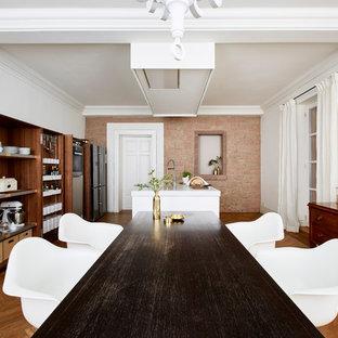 Offenes, Großes Modernes Esszimmer ohne Kamin mit braunem Holzboden, braunem Boden und weißer Wandfarbe in Frankfurt am Main